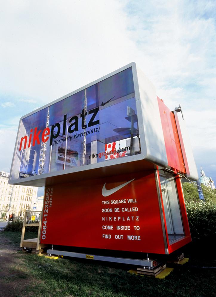 (5) Περίπτερο Πληροφοριών Nike InfoBox, Eva και Franco Mattes, Βιέννη 2003 (φωτ. παραχώρηση των καλλιτεχνών)