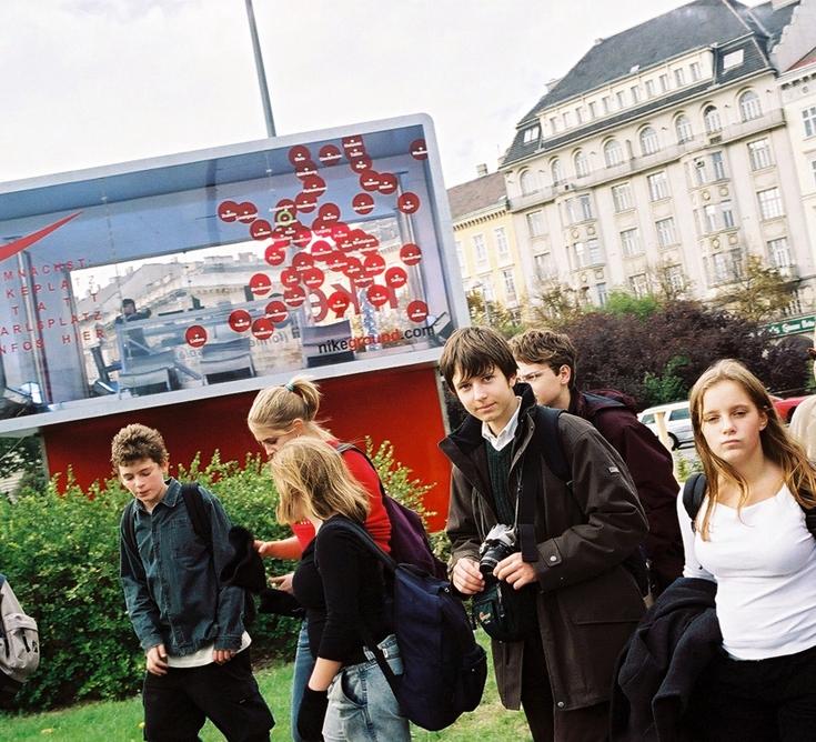 (6) Περίπτερο Πληροφοριών Nike Infobox, Karlsplatz, Βιέννη 2003, (παραχώρηση των καλλιτεχνών)