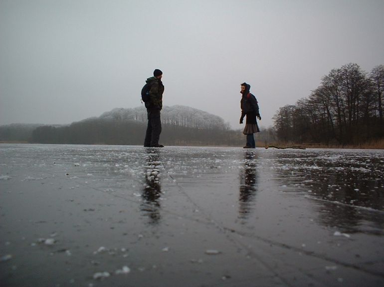 (1) Heath Bunting και Kayle Brandon. Ανάμεσα σε Γερμανία (Harrislee) και Δανία (Padborg), Φεβρουάριος 2003 (φωτ. παραχώρηση του καλλιτέχνη)